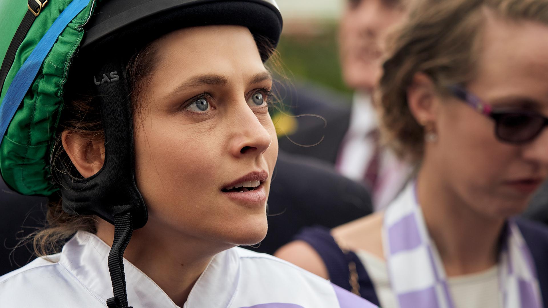 史上初めてメルボルンCを制覇した女性騎手の半生。映画『ライド・ライク・ア・ガール』